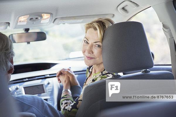 Porträt der lächelnden Frau im Auto