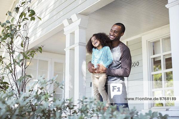 Glücklicher Vater und Tochter auf der Veranda