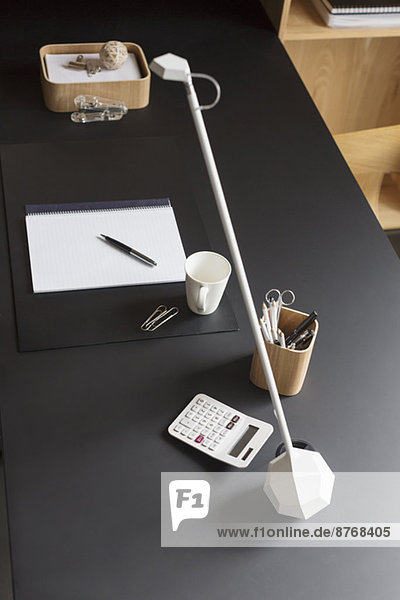 Objekte und moderne Lampe auf dem Home-Office-Schreibtisch