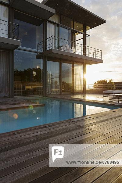 Sonne hinter dem Luxushaus mit Swimmingpool