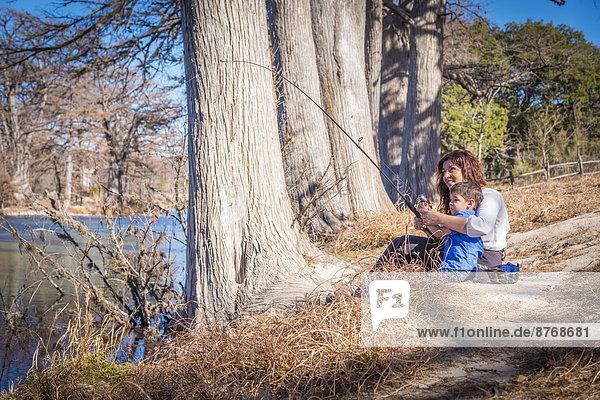 USA  Texas  Mutter und Sohn beim Fischen