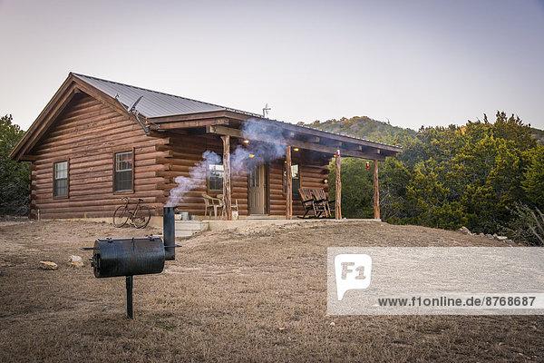 USA  Texas  Blockhaus mit Grillraucher vorne