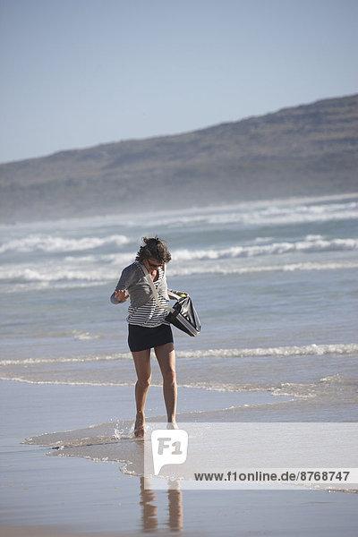 Südafrika  Reife Frau am Nordhoek Beach