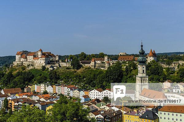 Deutschland  Bayern  Burghausen  Stadtbild mit Schloss und Kirche