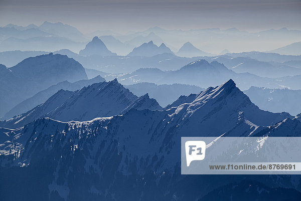 Schweiz  Kanton Appenzell Ausserrhoden  Blick von Saentis auf die Schweizer Alpen