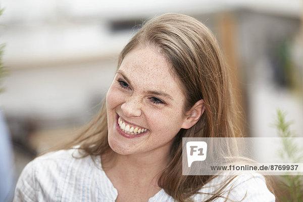 Fröhliche blonde junge Frau