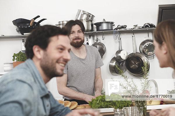 Glückliche Freunde in der Küche