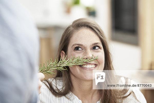 Frau riecht nach Rosmarinzweig