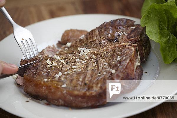 Großes Steak auf Teller