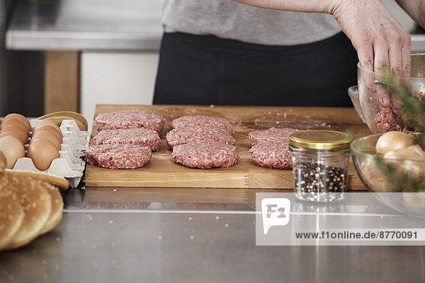 Mann bei der Zubereitung von Fleischbällchen in der Küche