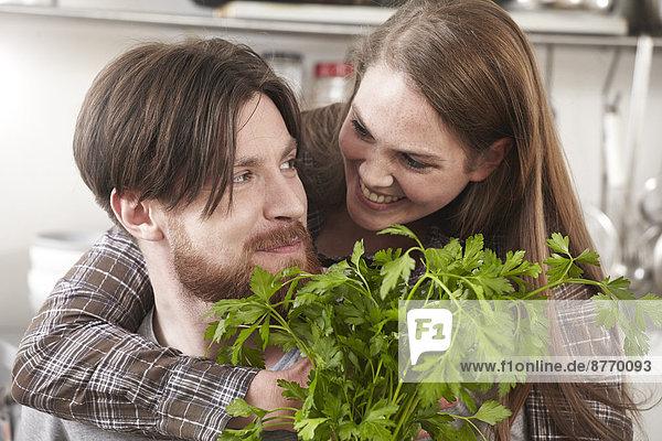 Glückliches Paar mit Petersilie