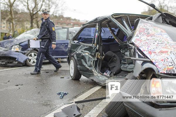 Schwerer Unfall  VW Polo und VW Touran kollidierten im Gegenverkehr  Wracks liegen auf der Straße  Polizist  B14 am Neckartor  Stuttgart  Baden-Württemberg  Deutschland