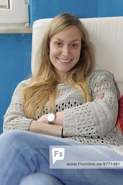 Porträt einer jungen Frau beim Entspannen