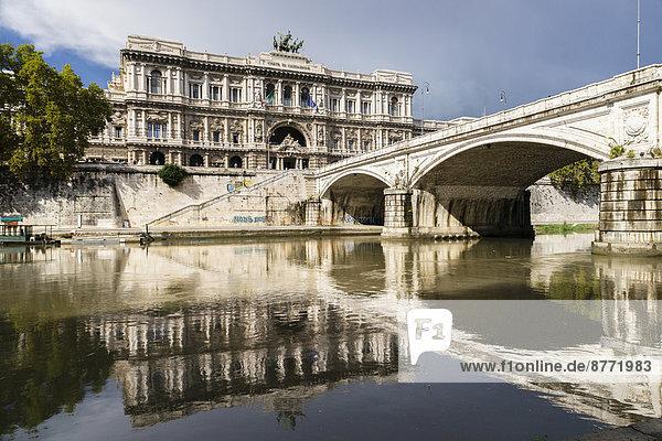 Der Palazzo di Giustizia oder Justizpalast  Architekt Guglielmo Calderini  die Brücke Ponte Umberto I  Architekt Angelo Vescovali  der Tiber  Rom  Latium  Italien