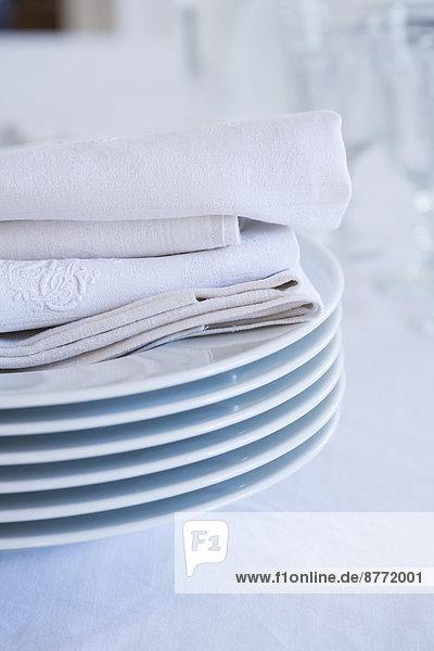 Teller- und Stoffserviettenstapel  Teilansicht