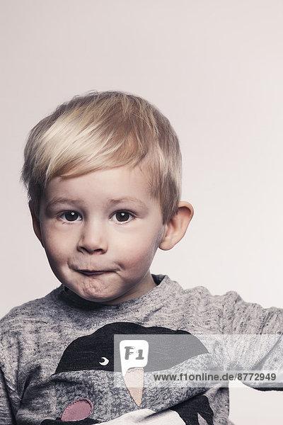 Porträt eines kleinen Jungen  der einen Mund schmollt. Porträt eines kleinen Jungen, der einen Mund schmollt.