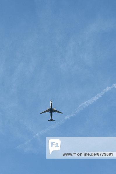 Deutschland  Hessen  Frankfurt  Flugzeug vor blauem Himmel  extremes Wurmauge