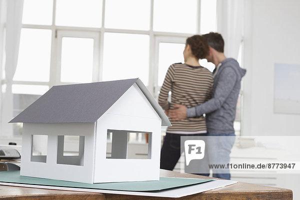 Musterhaus mit Pärchen im Hintergrund