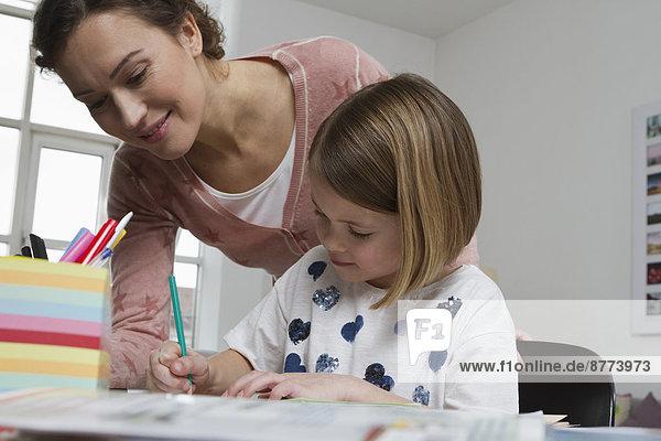 Mutter mit Tochter am Schreibtisch