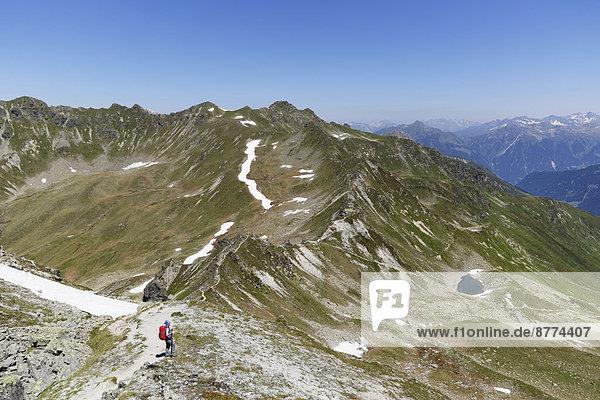Frau beim Wandern an der schweizerisch-österreichischen Grenze  Montafon  Antonier Joch  Riedkopf und Ratikon im Hintergrund
