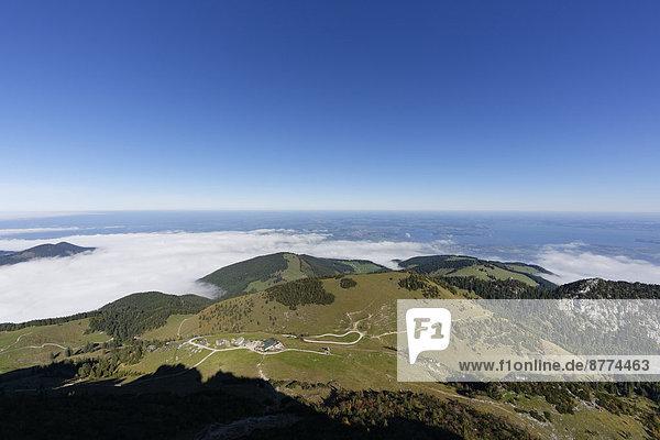 Deutschland  Oberbayern  Bayern  Chiemgauer Alpen  Blick von der Kampenwand über Steinlingalm und Chiemsee