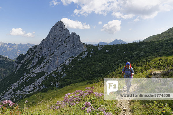 Deutschland  Bayern  Mangfallgebirge  Wanderer bei Ruchenkoepfe bei Bayrischzell