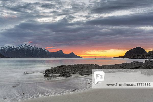 Skandinavien  Norwegen  Lofoten  Sonnenuntergang an der Küste von Utakleiv