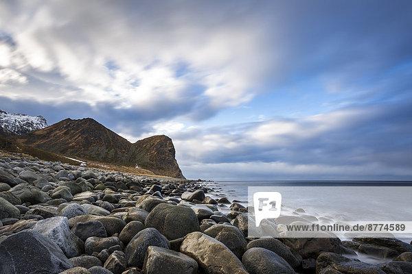 Skandinavien  Norwegen  Lofoten  Felsen und Wellen an der Küste von Unstad