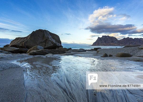 Skandinavien  Norwegen  Lofoten  Felsen im Sonnenuntergang  Küste bei Utakleiv