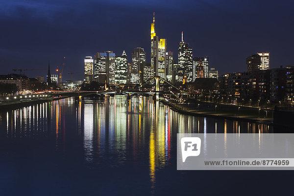Deutschland  Hessen  Frankfurt am Main  Bankenviertel  Ignatz-Bubis-Brücke  Nachtskyline