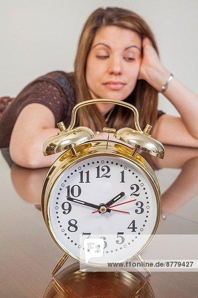 Frau  Uhr  jung  alarmieren