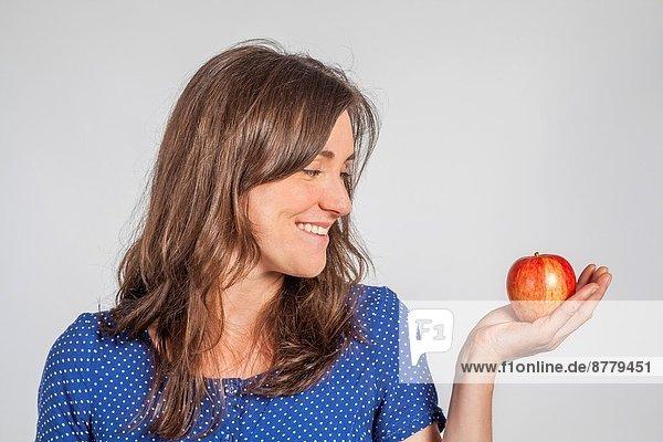 Frau  halten  jung  Apfel