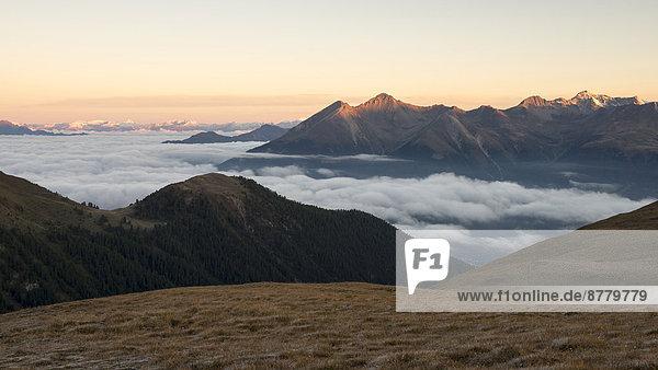 Panorama  Landschaftlich schön  landschaftlich reizvoll  Europa  Berg  Morgen  Landschaft  Sonnenaufgang  Alpen  Herbst  Kanton Graubünden  Stimmung  Schweiz