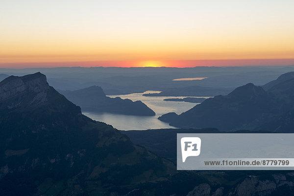 Europa  Abend  Sonnenuntergang  See  Sonnenstrahl  Ansicht  Mittelpunkt  Luzern  Schweiz