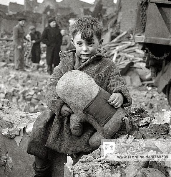 Junge - Person  London  Hauptstadt  Geschichte  Ruine  Krieg  vierziger Jahre  Vernichtung  England  Zweiter Weltkrieg  II.