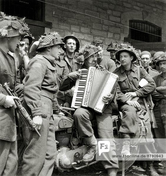 Frankreich  Europa  Teamwork  Geschichte  Soldat  Spiel  Krieg  Motorrad  Akkordeon  kanadisch  Juni  Normandie  Zweiter Weltkrieg  II.