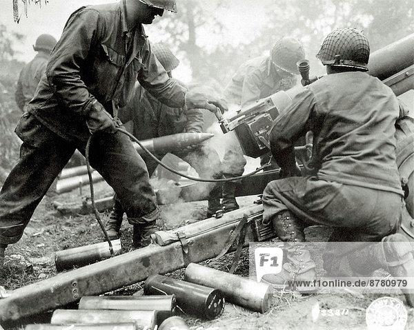 beladen  Frankreich  Europa  Vereinigte Staaten von Amerika  USA  Teamwork  Kampf  Geschichte  Soldat  Feuer  Schlacht  Krieg  amerikanisch  eindringen  Kanone  Juni  Militär  Normandie  Zweiter Weltkrieg  II.