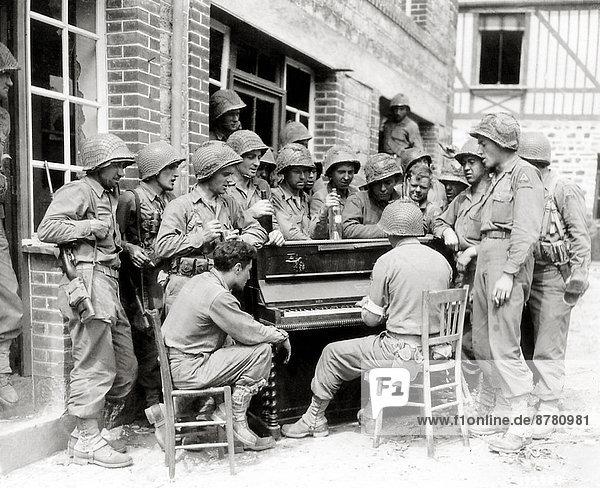 Frankreich  Europa  Geschichte  Soldat  Klavier  Gesang  Krieg  eindringen  August  Militär  Normandie  Zweiter Weltkrieg  II.