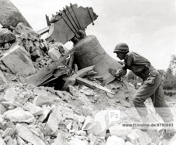 Frankreich  Europa  Teamwork  Geschichte  Soldat  Ruine  Kirche  Krieg  eindringen  Glocke  Vernichtung  Juli  Normandie  Zweiter Weltkrieg  II.