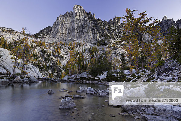 Vereinigte Staaten von Amerika  USA  Anschnitt  Sonnenaufgang  Spiegelung  Berg  See  Landschaftlich schön  landschaftlich reizvoll  camping  Magie  unterhalb