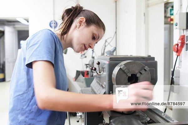 Ingenieurin prüft Maschine in der Werkstatt