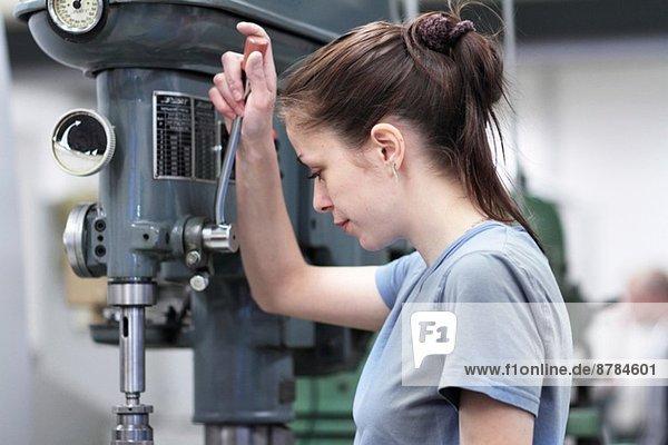 Ingenieurin mit Maschine in der Werkstatt