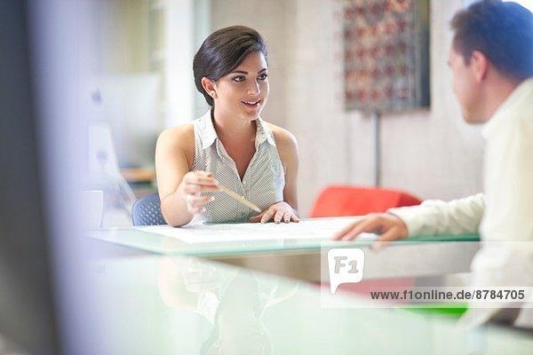 Junge Geschäftsfrau trifft Mandantin im Büro