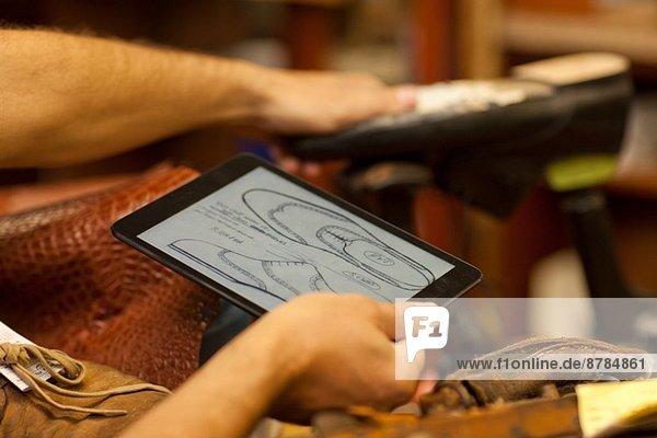 Schuster mit digitalem Tablett Schuster mit digitalem Tablett