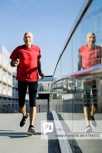 Läufer neben Glasbalustrade  München  Deutschland