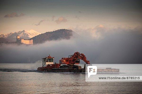 Bagger auf Binnenschiff  Lago Maggiore  Varese  Piemonte  Italien