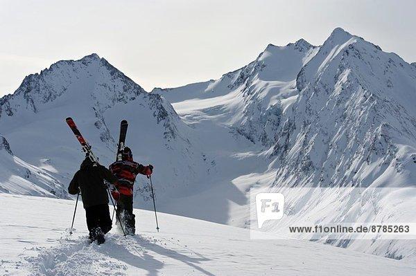Zwei mittelgroße männliche Skifahrer beim Aufstieg  Obergurgl  Österreich