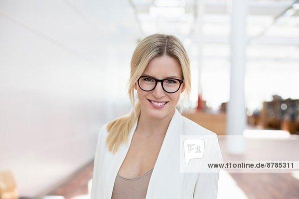 Portrait der Geschäftsfrau am Flughafen