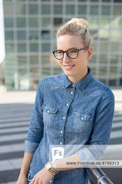 Porträt einer jungen Frau am Flughafen