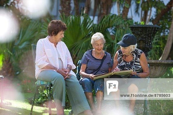 Seniorenfrauen entspannen sich im Garten der Seniorenvilla